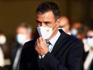 Pedro Sánchez, presidente del Gobierno, recibe a los refugiados afganos en la base aérea de Torrejón de Ardoz
