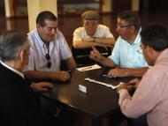 Pensionistas jugando al dominó
