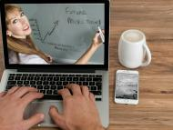 Una persona sigue una formación a través de internet.