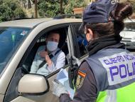 Una policía de tráfico para a un conductor