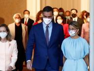 El presidente del Gobierno, Pedro Sánchez, entre la vicepresidenta económica, Nadia Calviño, y la vicepresidenta segunda y ministra de Trabajo, Yolanda Díaz