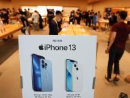 Un stand de iPhone 13