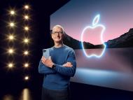Tim Cook, CEO de Apple, con un iPhone 13 Pro Max
