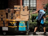 Un trabajador de Amazon transportando un cargamento de envíos