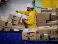 Trabajador con paquetes de Amazon