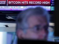 Un banner en la Bolsa de Nueva York anuncia el récord de bitcoin.
