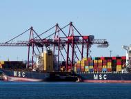 Los buques de carga con sus contenedores de envío.