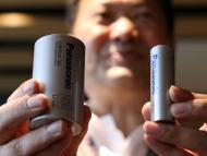 El CEO del área de baterías de Panasonic muestra el prototipo de la nueva batería 4680 (i) frente a la actual que sirven a Tesla (d).
