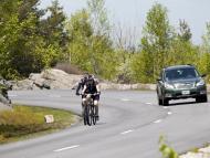 Un coche se dispone a adelantar a unos ciclistas