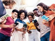 grupo de personas mirando el móvil