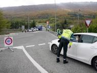 Guardia Civil deteniendo un vehículo