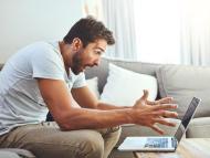 Un hombre se desespera frente a su ordenador