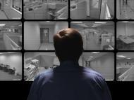 Un hombre viendo cámaras de seguridad