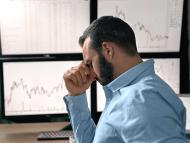 Un inversor frente a la pantalla del ordenador frustrado por el precio del bitcoin