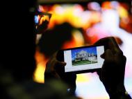 Un joven busca vivienda para comprar en una web inmobiliaria con su smartphone