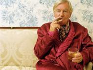 Un jubilado rico fumándose un puro
