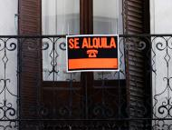 Un letrero anuncia un piso de alquiler en el centro de Madrid