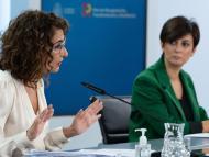 La ministra de Hacienda, María Jesús Montero, y la de Política Territorial, Isabel Rodríguez, durante la presentación del proyecto de ley de presupuestos para 2022
