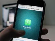 Un móvil con la app de WhatsApp