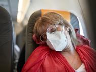 Mujer durmiendo en avión