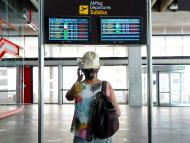 Mujer esperando en un aeropuerto.