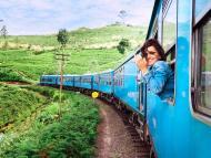 mujer joven viajando en tren