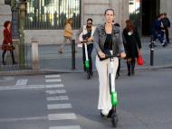 Una mujer con patinete eléctrico en Madrid