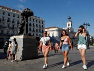 Mujeres andan por el centro de Madrid con y sin mascarillas.