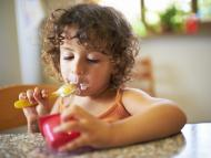 niña comiendo yogur