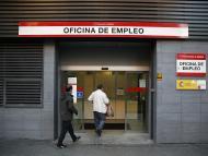 Parados entrando en una oficina de empleo