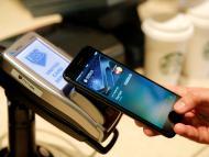Una persona pagando con el móvil
