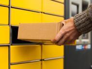 Una persona recoge un paquete en un locker