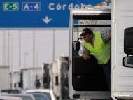 Un transportista baja de su camión durante una protesta en las carreteras de acceso a Sevilla