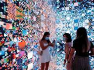 Varias personas frente a una instalación de arte que se convirtió en NFT y se subastó online en Sotheby's, en Hong Kong.