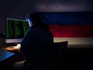 Hacker con una bandera de Rusia.