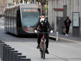 Un repartidor de Uber Eats lleva un pedido por las calles de Niza.