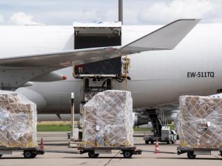 Varios paquetes de suministros sanitarios son embarcados en un avión de carga en Zurich (Suiza)