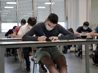 Estudiante haciendo un examen