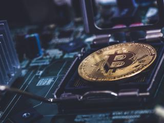 Una sola transacción de bitcoin genera tantos residuos como tirar 2 iPhones, según economistas