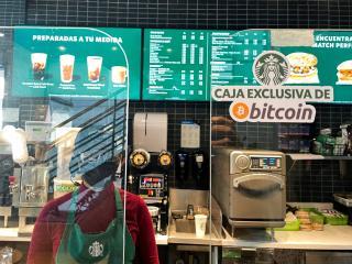 Un Starbucks en San Salvador con una caja exclusiva para bitcoin.