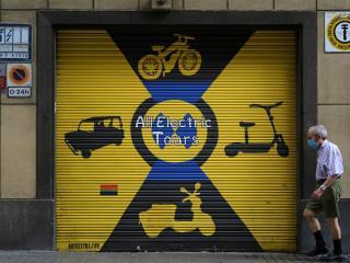 Establecimiento de vehículos eléctricos cerrado en Barcelona.