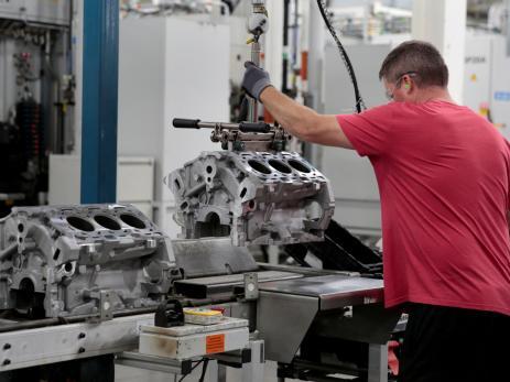 Un trabajador de la planta de General Motors en Michigan, Estados Unidos
