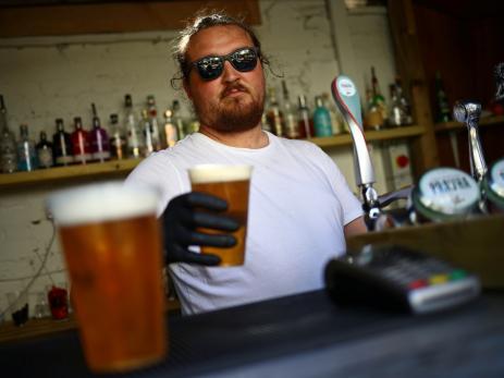 Camarero sirviendo una cerveza