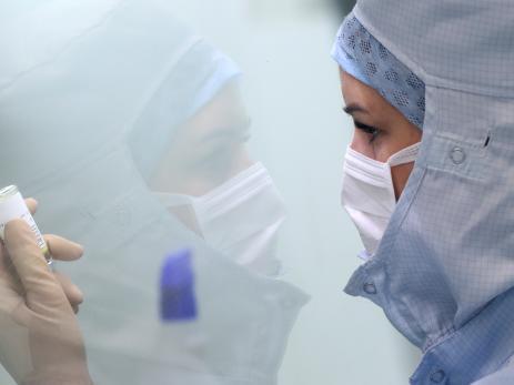 Una mujer prepara la medicación para enfermos de COVID-19 en un hospital de Bélgica.