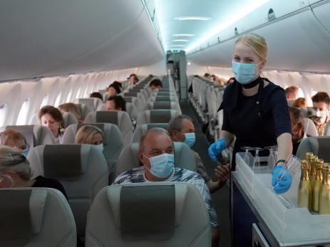 Pasajeros en un avión de Balt Go.