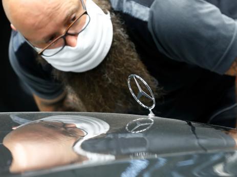 Un trabajador en la fábrica de Mercedes