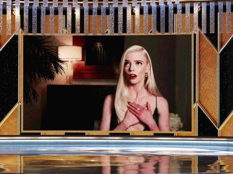 Anya Taylor-Joy reacciona al ganar el premio a Mejor Actriz de Televisión por 'Gambito de Dama'.