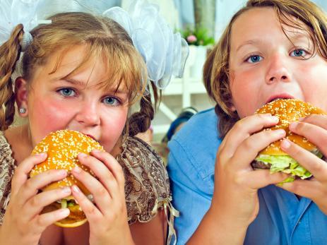 Niños comiendo hamburguesas