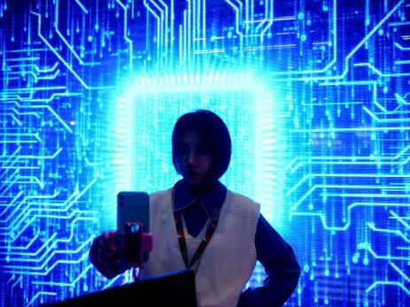 Una mujer se hace un selfie en una feria tecnológica