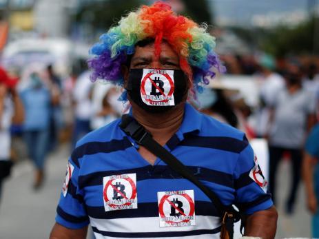 Un hombre protesta por el uso de Bitcoin como moneda legal junto con las reformas para extender el mandato del presidente Nayib Bukele en San Salvador, El Salvador, el 15 de septiembre de 2021.